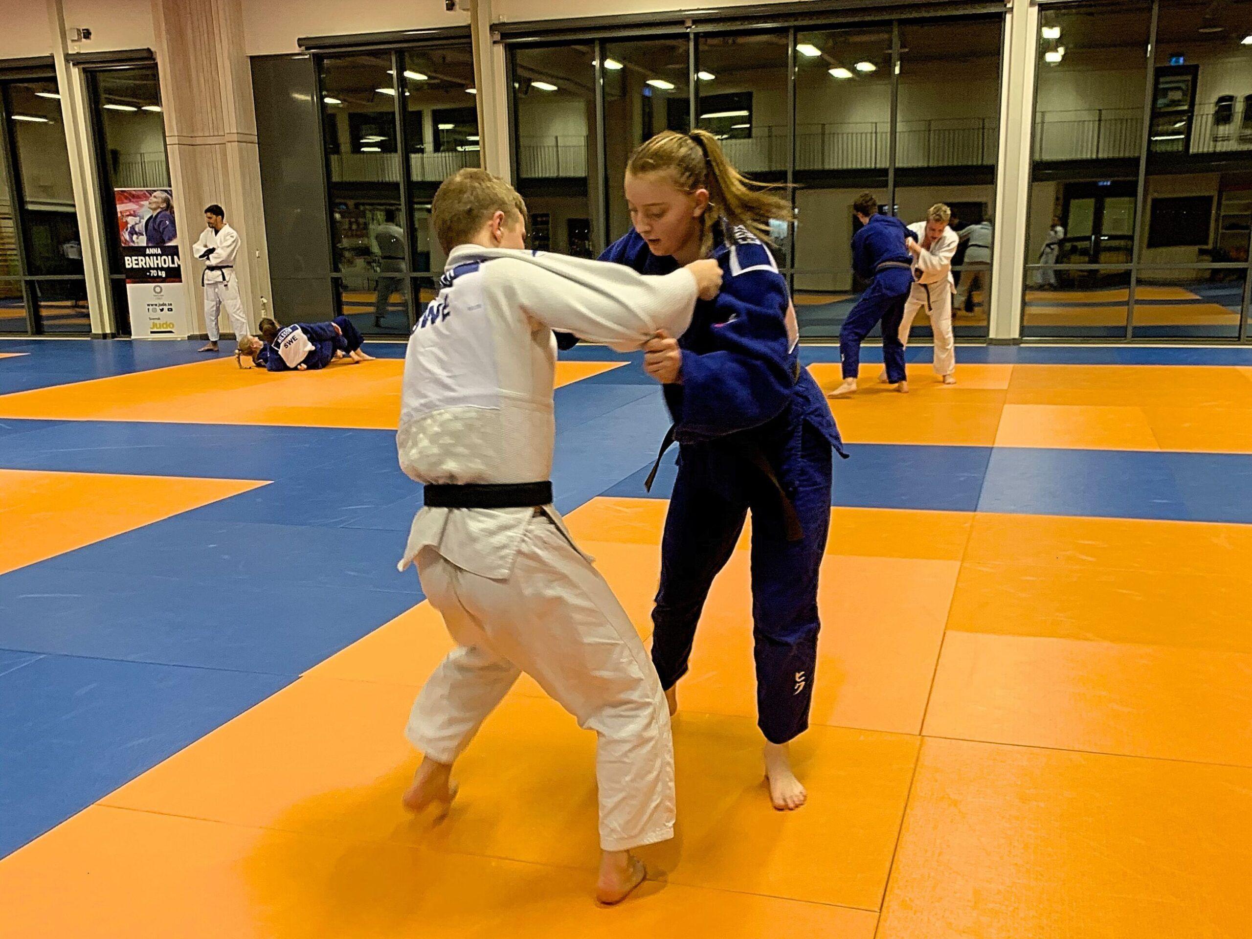 Elever vid judogymnasiet tränar judo.