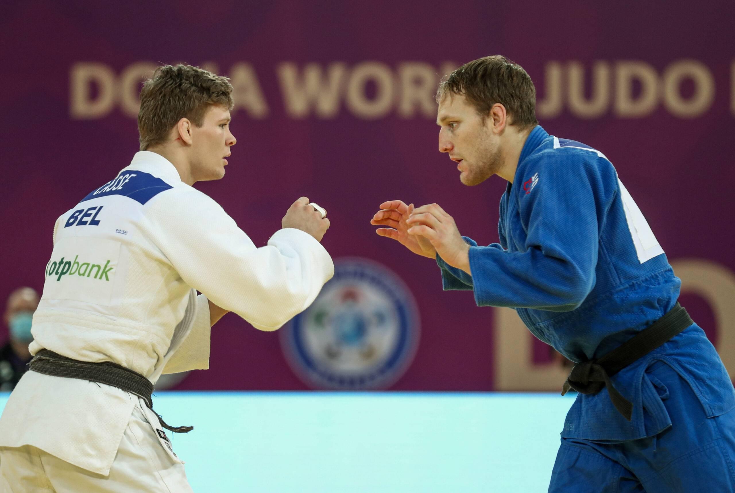 Robin Pacek i blå judodräkt och Matthias Casse vit judodräkt står mitt emot varandra med händerna uppe, beredd att ta tag i varandra i början av en match.
