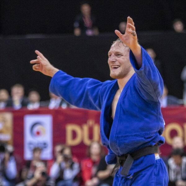 Robin Pacek sträcker ut armarna åt sidan och skriker ut sin glädje efter en vinst.