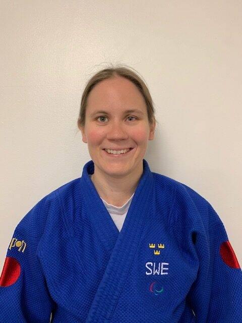 Nicolina Pernheim i blå judodräkt tittar in i kameran.