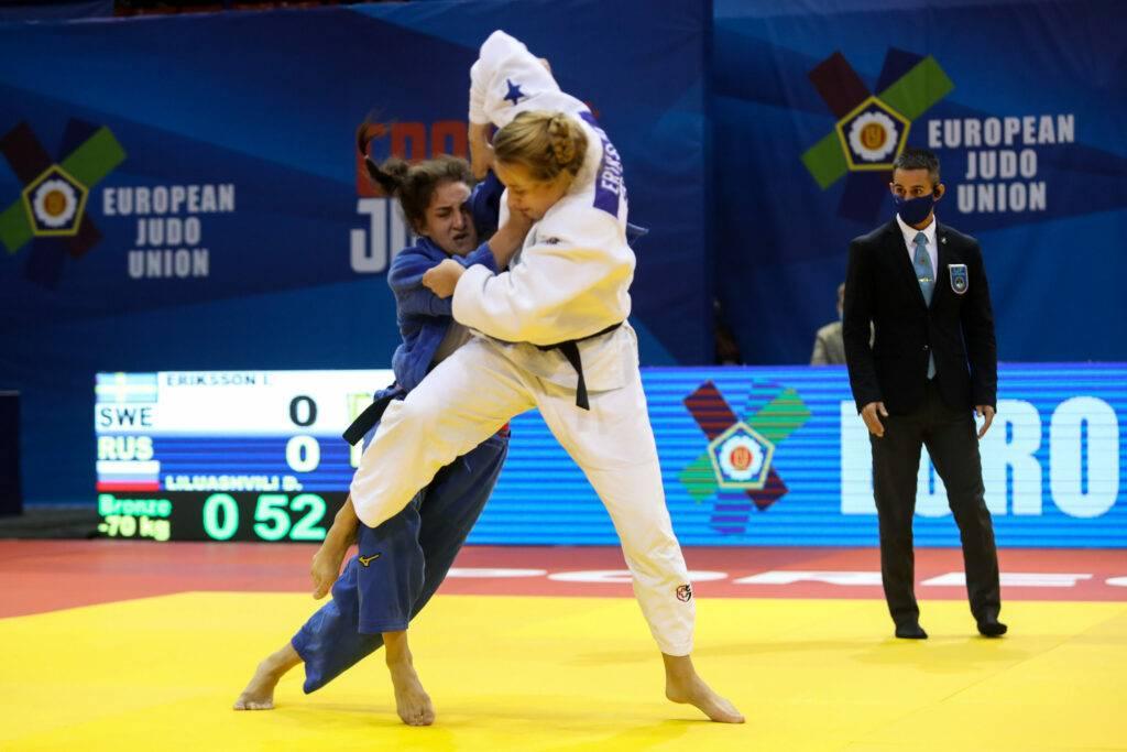 Ida Eriksson i vit judodräkt försöker fälla sin motståndare.